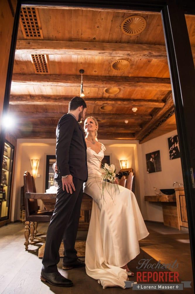 Brautpaar sitzt auf Tisch, Seekarhaus, Obertauern, Wedding Photographer, Hochzeit,Hochzeitsfotograf, Land Salzburg, Lorenz Masser