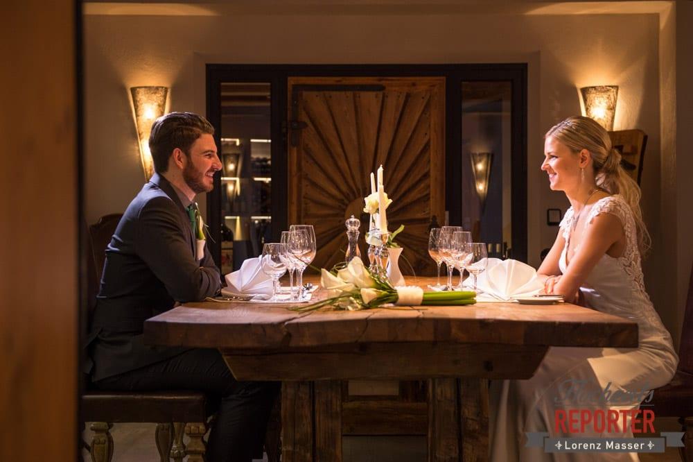 Brautpaar sitzt alleine an schön gedecktem Tisch