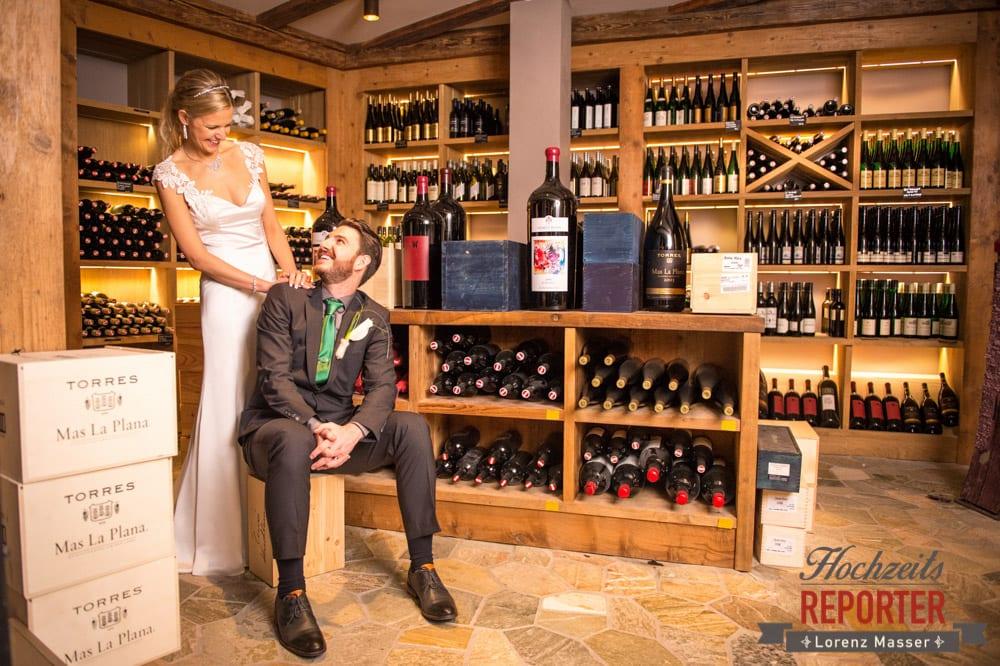 Brautpaar ist im Weinkeller und schaut sich an, Seekarhaus, Obertauern, Wedding Photographer, Hochzeit,Hochzeitsfotograf, Land Salzburg, Lorenz Masser