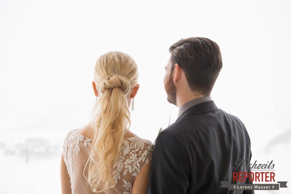 Brautpaar schaut in die Ferne, Seekarhaus, Obertauern, Wedding Photographer, Hochzeit,Hochzeitsfotograf, Land Salzburg, Lorenz Masser