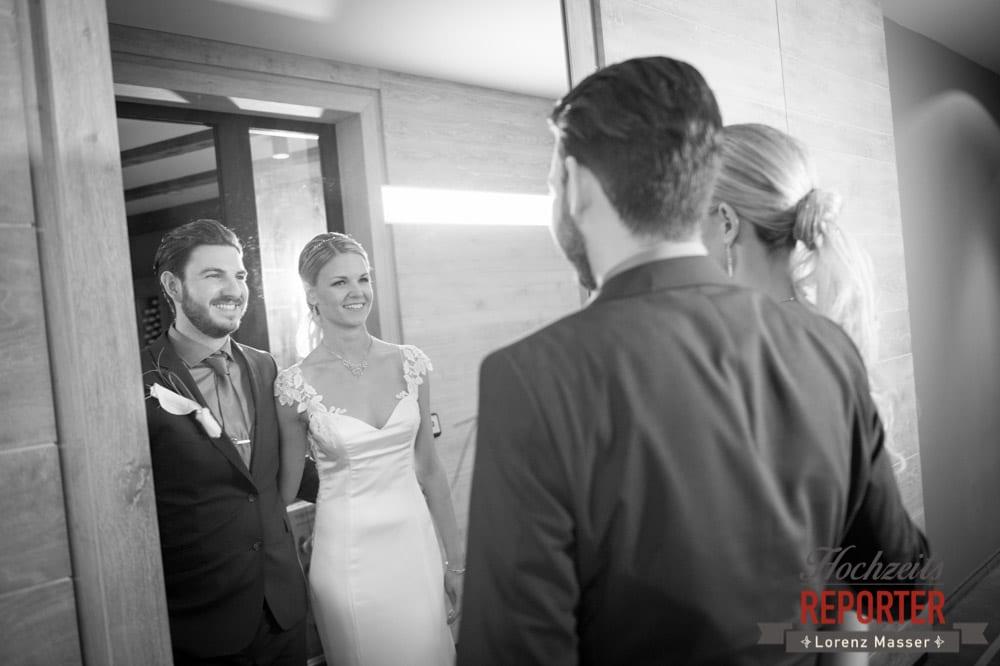 Brautpaar schaut in ein Spiegel, Seekarhaus, Obertauern, Wedding Photographer, Hochzeit,Hochzeitsfotograf, Land Salzburg, Lorenz Masser