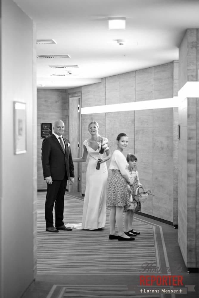 Braut mit Vater steht im Gang, Seekarhaus, Obertauern, Wedding Photographer, Hochzeit,Hochzeitsfotograf, Land Salzburg, Lorenz Masser