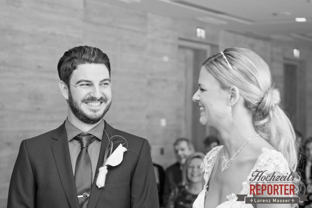 Brautpaar lacht sich gegenseitig an, Seekarhaus, Obertauern, Wedding Photographer, Hochzeit,Hochzeitsfotograf, Land Salzburg, Lorenz Masser