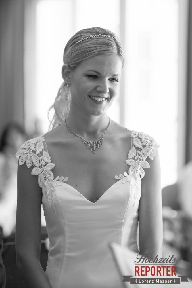Braut schaut in die rechte untere ecke, Seekarhaus, Obertauern, Wedding Photographer, Hochzeit,Hochzeitsfotograf, Land Salzburg, Lorenz Masser
