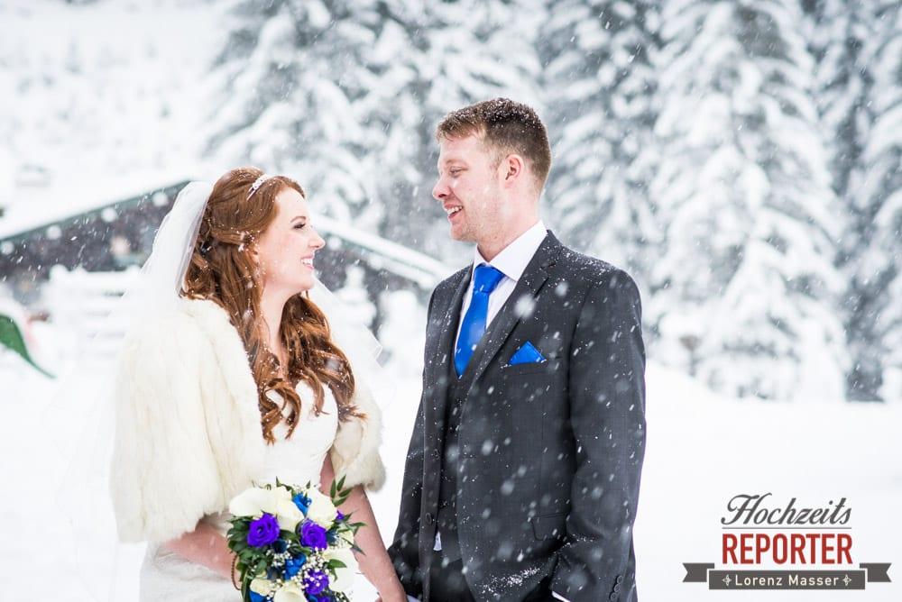 Brautpaar im Schnee, Unterhofalm, Filzmoos, Winter Wedding, Hochzeit im Winter, Hochzeitsfotgraf, Lorenz Masser
