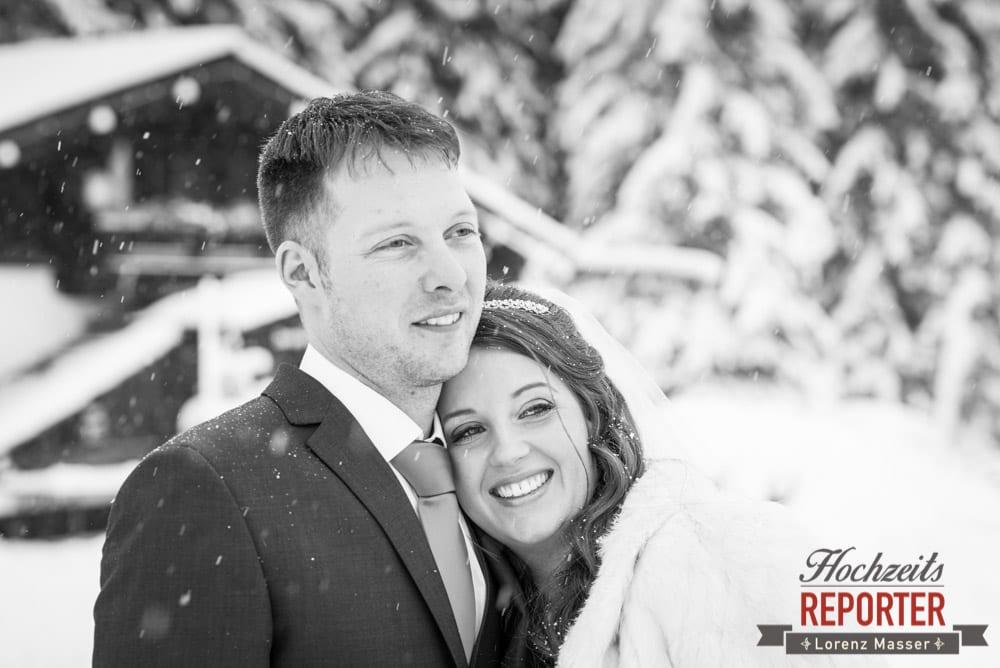 Brautpaar schaut in die Ferne, Unterhofalm, Filzmoos, Winter Wedding, Hochzeit im Winter, Hochzeitsfotgraf, Lorenz Masser