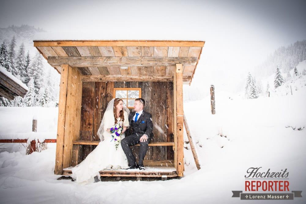 Brautpaar stellt sich im Schneegetümmel unter, Unterhofalm, Filzmoos, Winter Wedding, Hochzeit im Winter, Hochzeitsfotgraf, Lorenz Masser