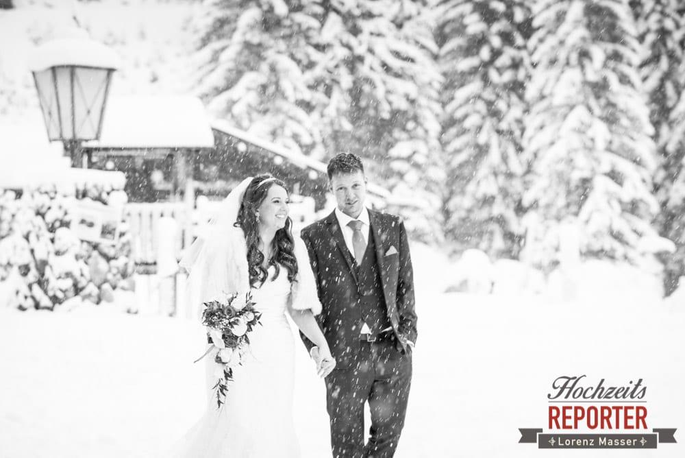 Brautpaar im Schnee, Schwarz-Weiß, Unterhofalm, Filzmoos, Winter Wedding, Hochzeit im Winter, Hochzeitsfotgraf, Lorenz Masser