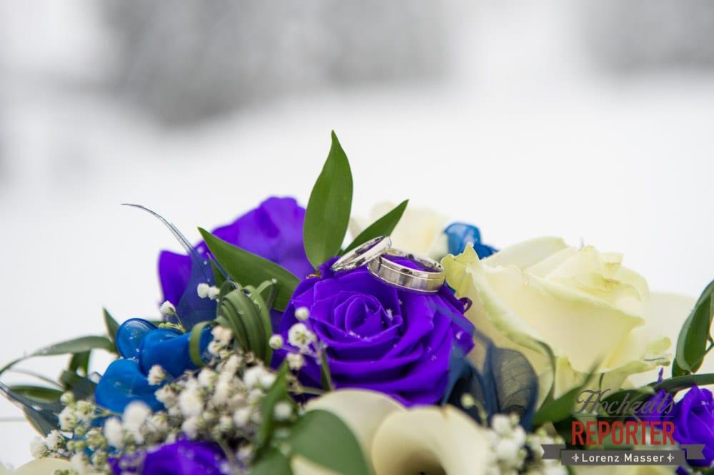 Brautstrauß im Winter, Brautstrauß mit Ringen im Schnee, Unterhofalm, Filzmoos, Winter Wedding, Hochzeit im Winter, Hochzeitsfotgraf, Lorenz Masser