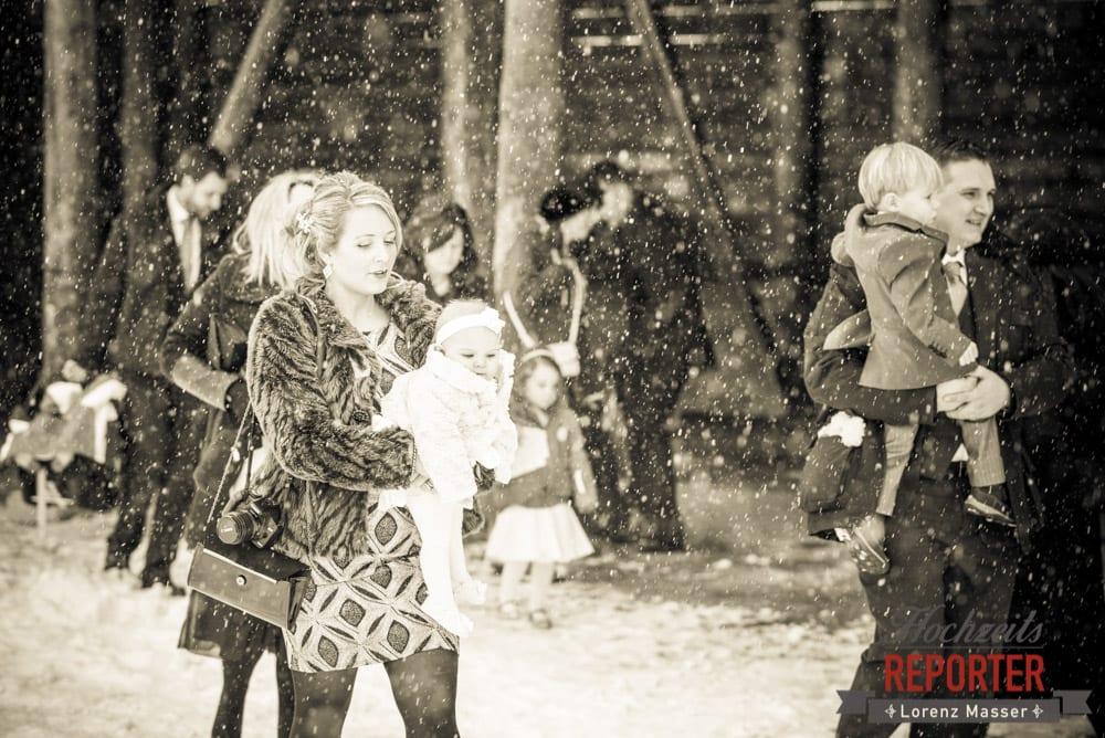 Mutter gehr mit Baby in Hand im Schnee, Unterhofalm, Filzmoos, Winter Wedding, Hochzeit im Winter, Hochzeitsfotgraf, Lorenz Masser