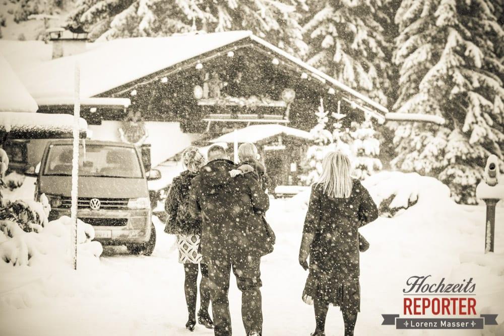 Ankunft im Schnee auf Alm, Unterhofalm, Filzmoos, Winter Wedding, Hochzeit im Winter, Hochzeitsfotgraf, Lorenz Masser
