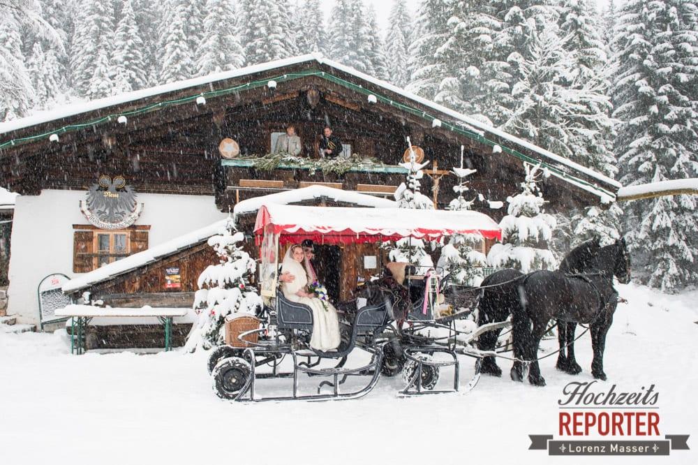 Pferdekutsche, Unterhofalm, Brautpaar in Pferdekutsche, Filzmoos, Winter Wedding, Hochzeit im Winter, Hochzeitsfotgraf, Lorenz Masser