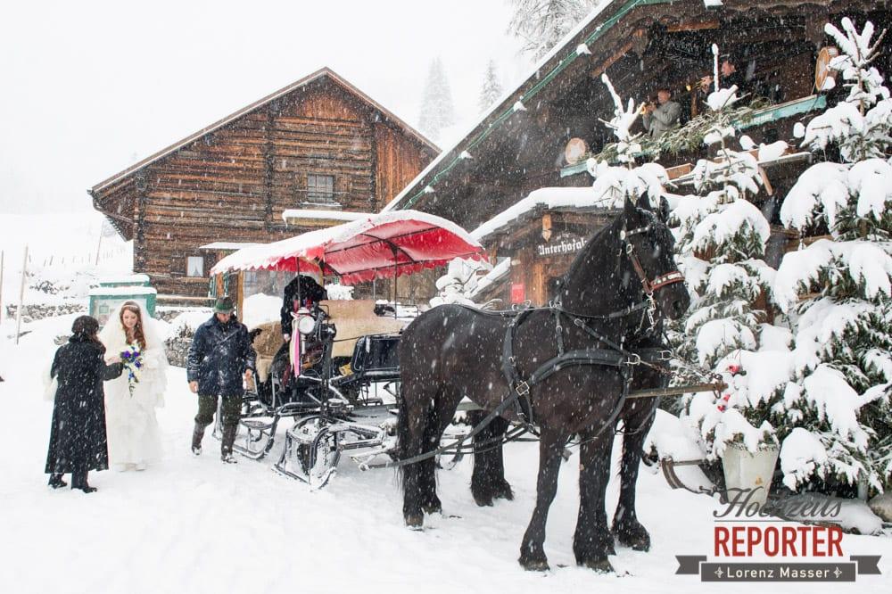 Pferdekutsche, Brautpaar, Unterhofalm, Filzmoos, Winter Wedding, Hochzeit im Winter, Hochzeitsfotgraf, Lorenz Masser