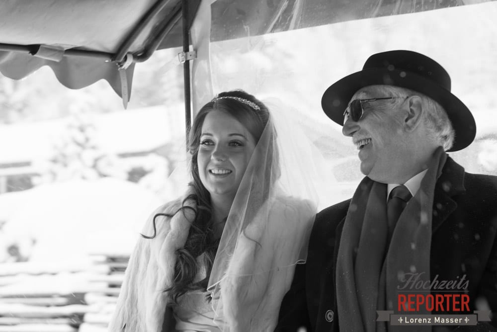 Braut mit Vater in Pferdekutsche, Unterhofalm, Filzmoos, Winter Wedding, Hochzeit im Winter, Hochzeitsfotgraf, Lorenz Masser
