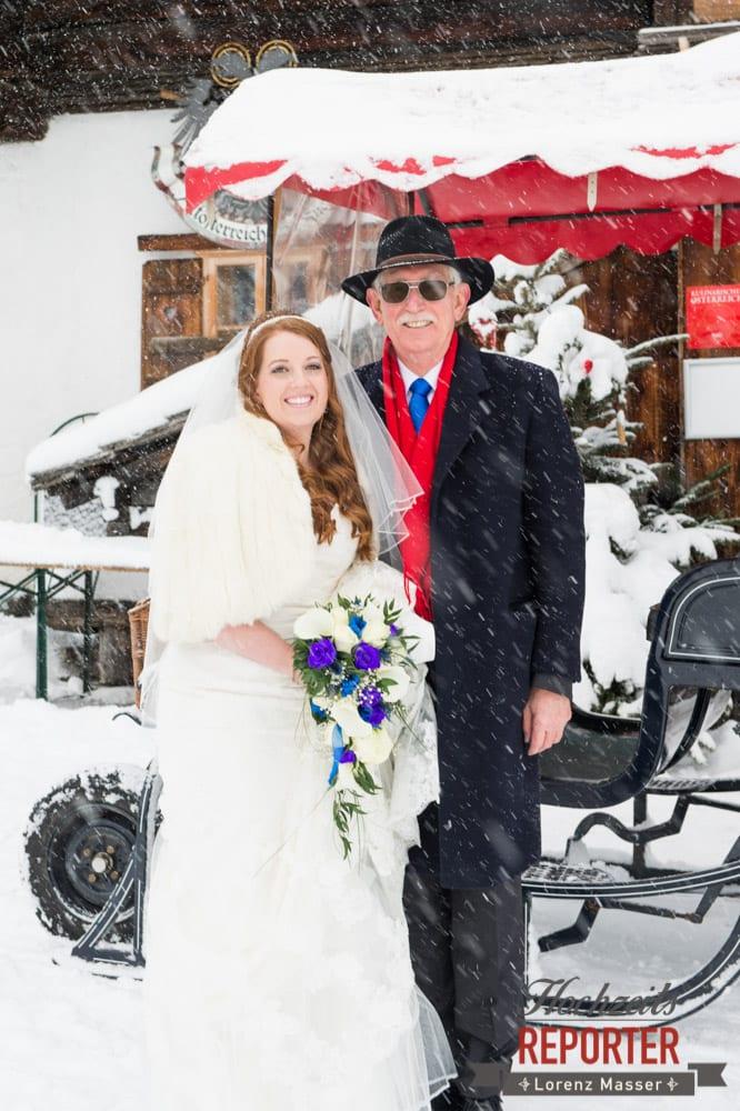 Braut mit Vater im Schnee, Unterhofalm, Filzmoos, Winter Wedding, Hochzeit im Winter, Hochzeitsfotgraf, Lorenz Masser
