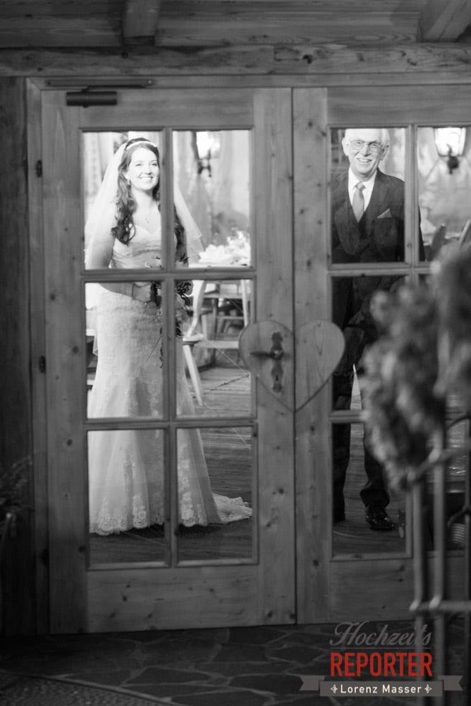Braut durch Fenster sehen, Unterhofalm, Filzmoos, Winter Wedding, Hochzeit im Winter, Hochzeitsfotgraf, Lorenz Masser