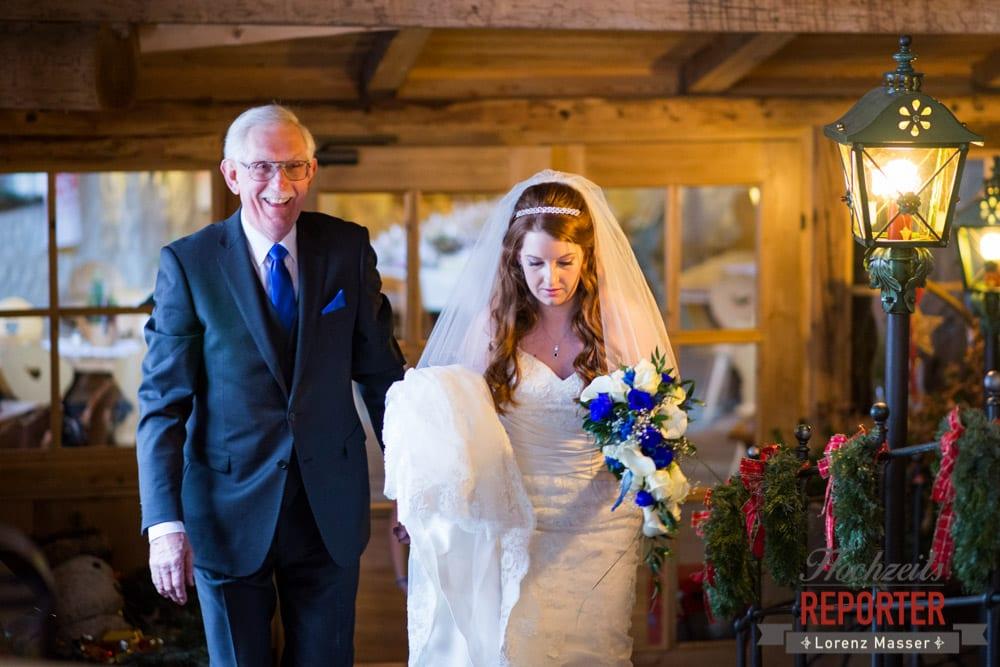 Braut mit Vater, Unterhofalm, Filzmoos, Winter Wedding, Hochzeit im Winter, Hochzeitsfotgraf, Lorenz Masser