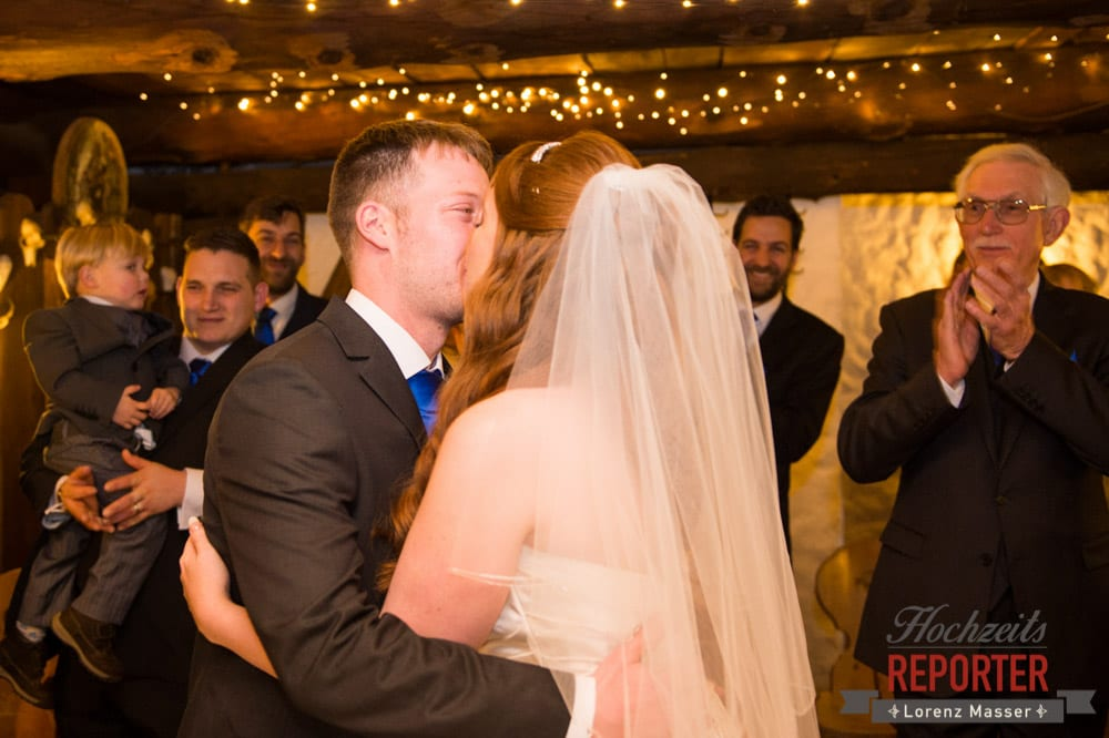 Kuss des Brautpaares, Unterhofalm, Filzmoos, Winter Wedding, Hochzeit im Winter, Hochzeitsfotgraf, Lorenz Masser