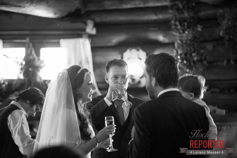 Brautpaar, Sekt, Unterhofalm, Filzmoos, Winter Wedding, Hochzeit im Winter, Hochzeitsfotgraf, Lorenz Masser