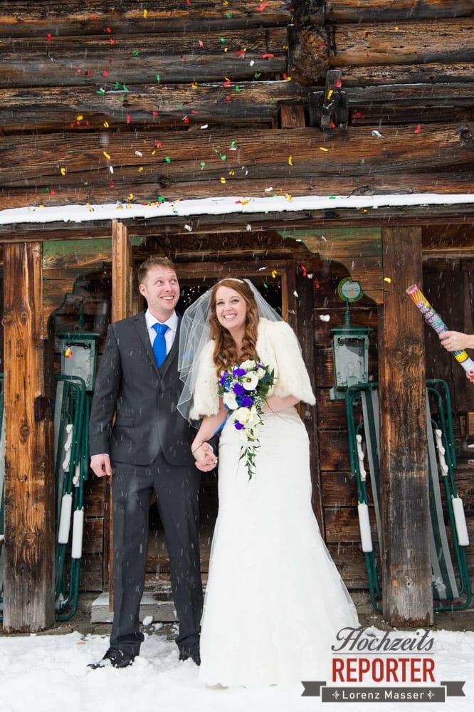 Konfetti mit Brautpaar, Unterhofalm, Filzmoos, Winter Wedding, Hochzeit im Winter, Hochzeitsfotgraf, Lorenz Masser