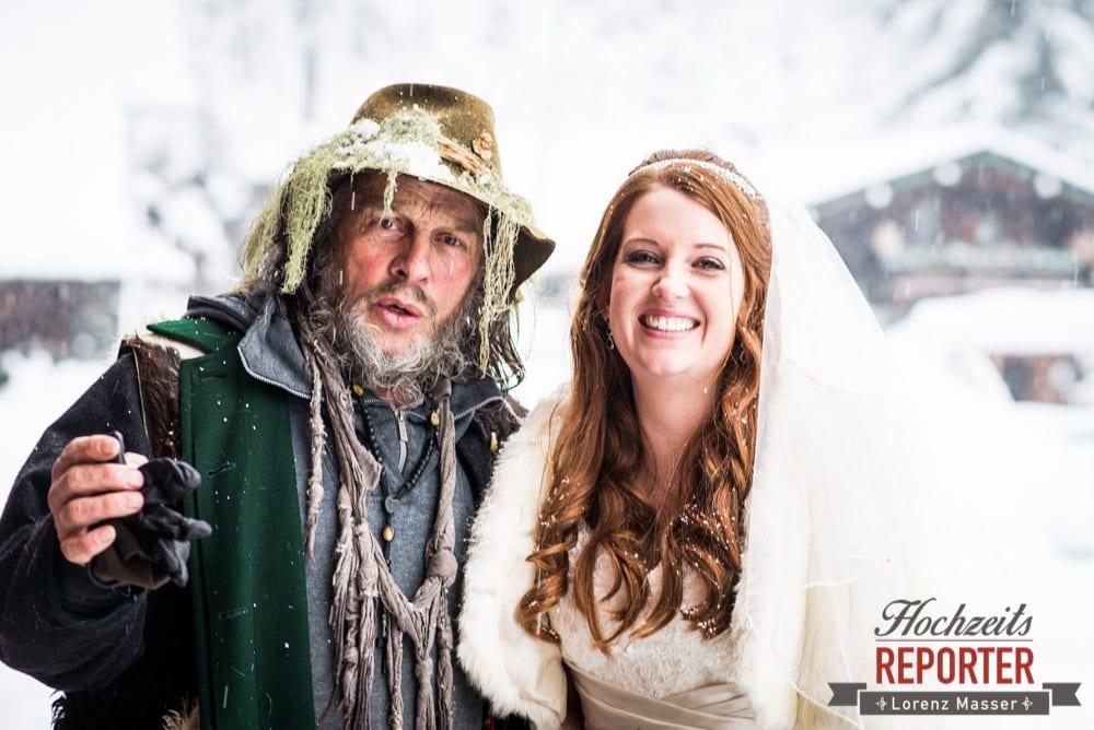 Mann mit Moos auf dem Hut, Unterhofalm, Filzmoos, Winter Wedding, Hochzeit im Winter, Hochzeitsfotgraf, Lorenz Masser