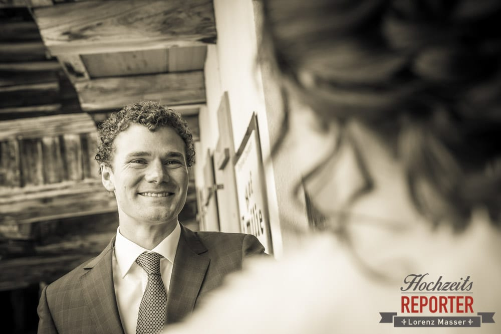 Bräutigam schaut Braut an, Pichl, Ramsau, Hochzeitsfotograf, Wedding photographer, Land Salzburg, Lorenz Masser