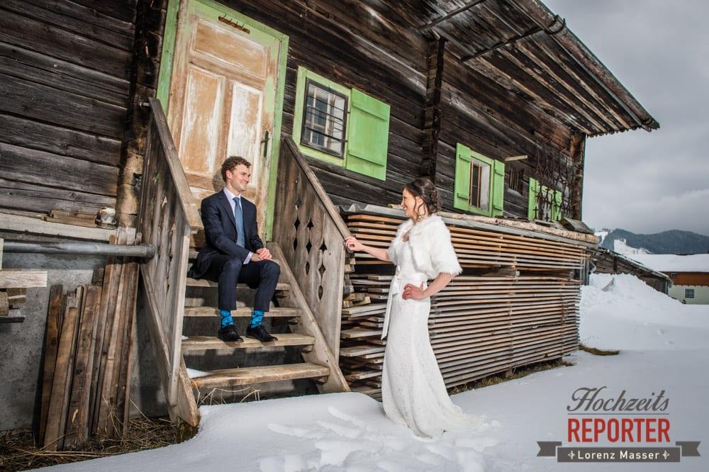 Bräutigam sitzt auf Treppe und schaut Braut an, Pichl, Ramsau, Hochzeitsfotograf, Wedding photographer, Land Salzburg, Lorenz Masser