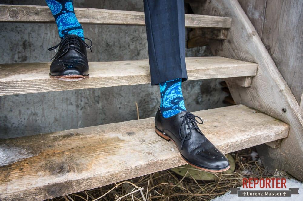 Auffällig Blaue Socken von Bräutigam, Pichl, Ramsau, Hochzeitsfotograf, Wedding photographer, Land Salzburg, Lorenz Masser