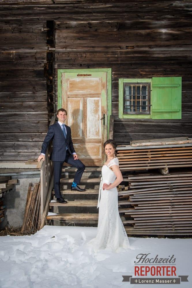 Brautpaar vor altem Haus mit grüner Tür im Winter, Pichl, Ramsau, Hochzeitsfotograf, Wedding photographer, Land Salzburg, Lorenz Masser