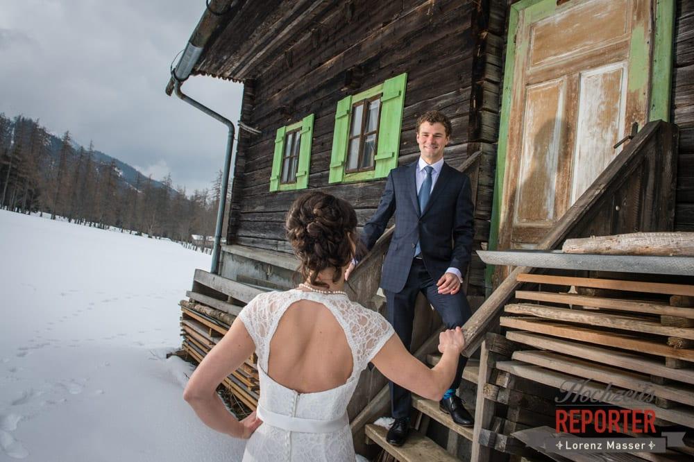 Brautpaar im Winter hinter Alm, Pichl, Ramsau, Hochzeitsfotograf, Wedding photographer, Land Salzburg, Lorenz Masser