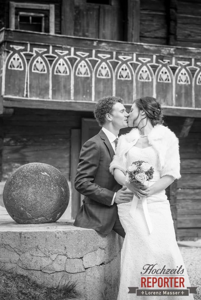 Brautpaar küsst sich vor Alm, Pichl, Ramsau, Hochzeitsfotograf, Wedding photographer, Land Salzburg, Lorenz Masser