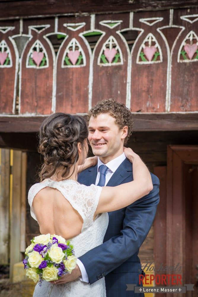 Brautpaar umarmt sich, Pichl, Ramsau, Hochzeitsfotograf, Wedding photographer, Land Salzburg, Lorenz Masser