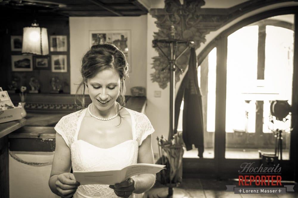 Braut liest, Pichl, Ramsau, Hochzeitsfotograf, Wedding photographer, Land Salzburg, Lorenz Masser