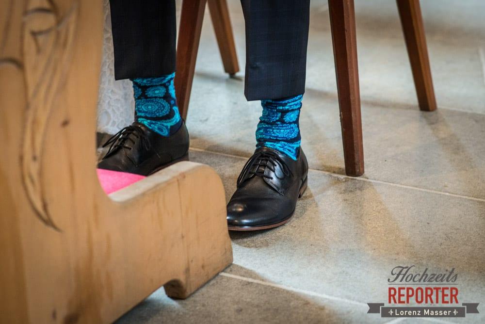 Grell Blaue Socken bei Bräutigam, Pichl, Ramsau, Hochzeitsfotograf, Wedding photographer, Land Salzburg, Lorenz Masser