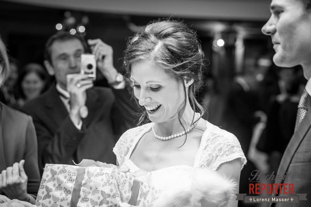 Brautpaar kriegt ein Geschenk, Pichl, Ramsau, Hochzeitsfotograf, Wedding photographer, Land Salzburg, Lorenz Masser