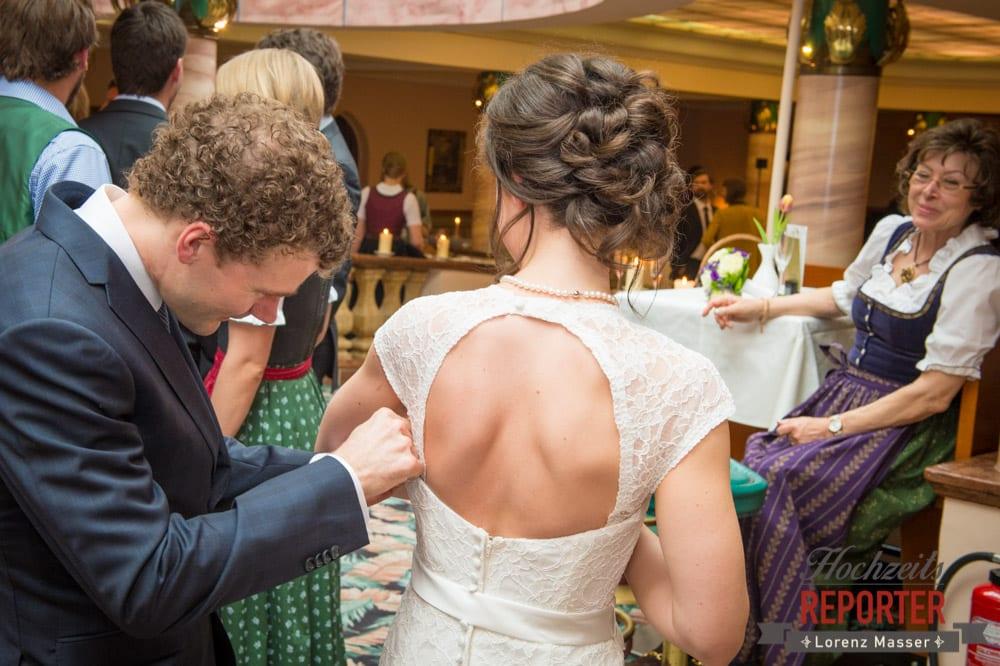 Brautpaar, Bräutigam richtet Kleid, Pichl, Ramsau, Hochzeitsfotograf, Wedding photographer, Land Salzburg, Lorenz Masser