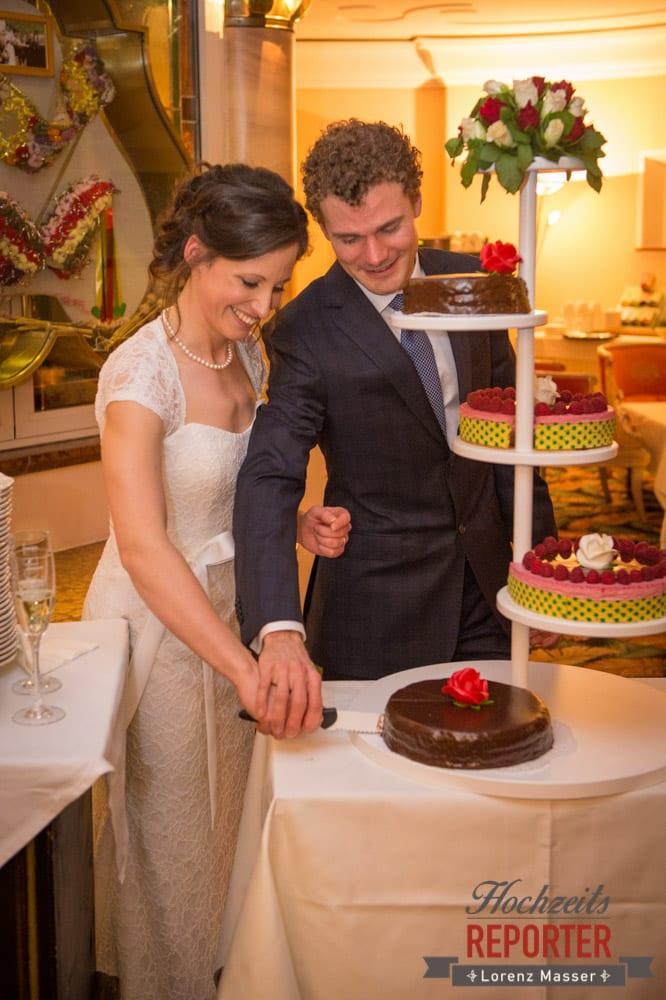 Mehrstöckige Hochzeitstorte, Brautpaar, Pichl, Ramsau, Hochzeitsfotograf, Wedding photographer, Land Salzburg, Lorenz Masser