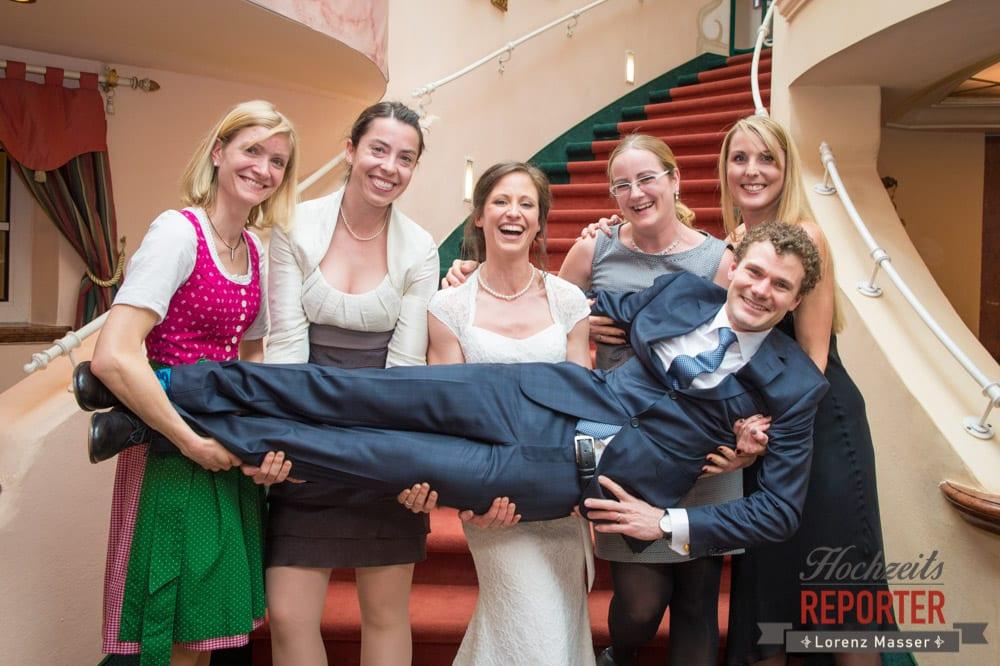 Bräutigam wird von Braut und Freunden aufgehoben, Pichl, Ramsau, Hochzeitsfotograf, Wedding photographer, Land Salzburg, Lorenz Masser