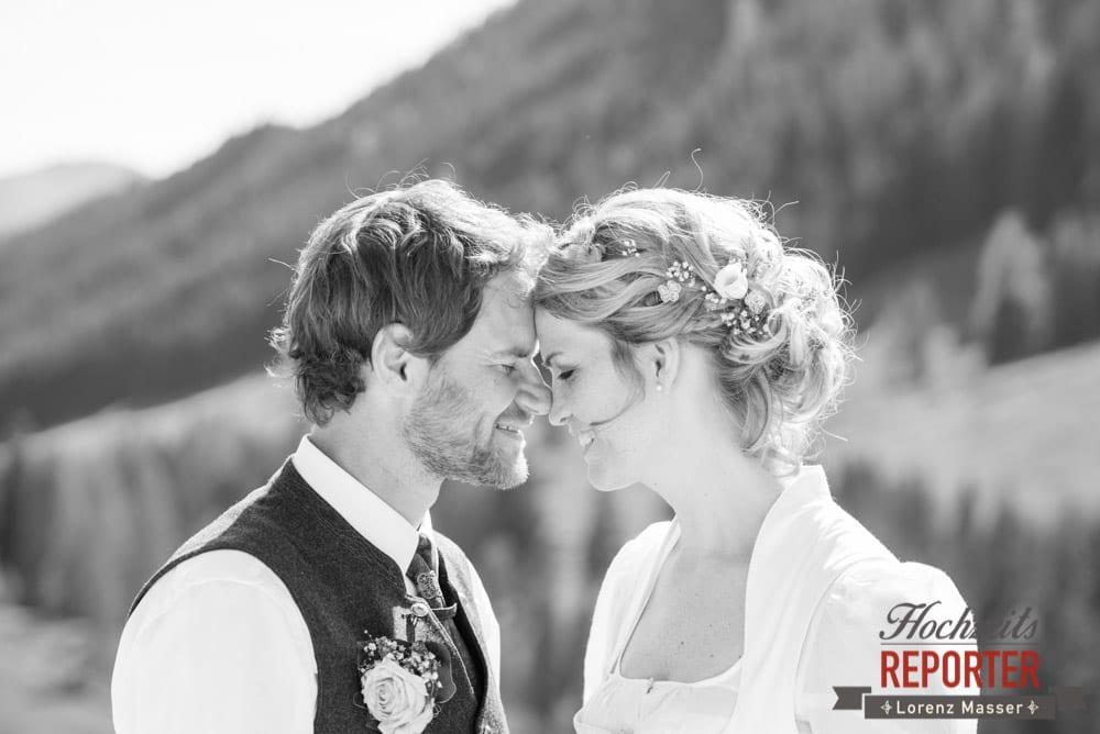 Brautpaar Stirn an Stirn, Unterhofalm, Filzmoos, Wedding, Hochzeit, Hochzeitsfotograf, Lorenz Masser, Land Salzburg