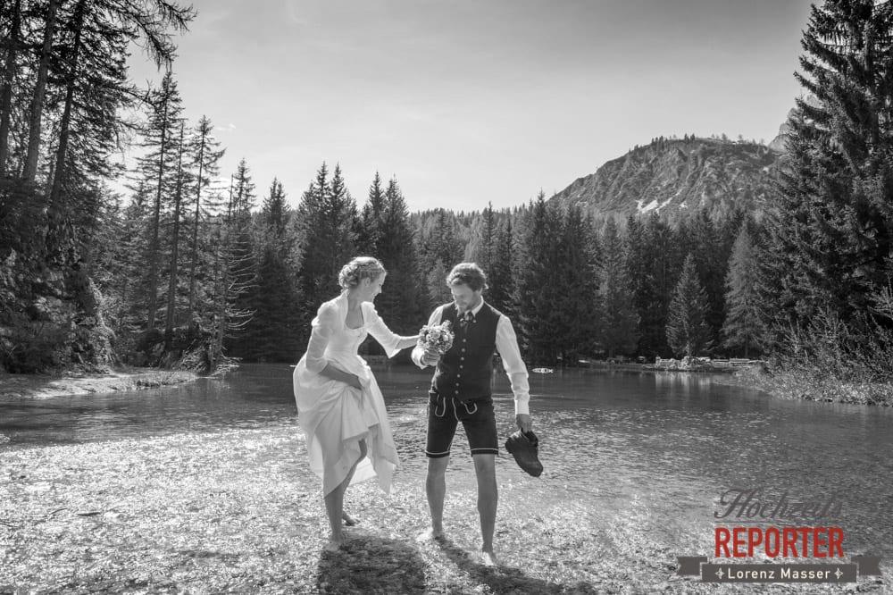 Brautpaar, Durch den Teich waten, Unterhofalm, Filzmoos, Wedding, Hochzeit, Hochzeitsfotograf, Lorenz Masser, Land Salzburg