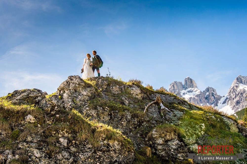 Cooles Bild von Brautpaar die auf erhobenen Hügel stehen und in die Ferne schauen