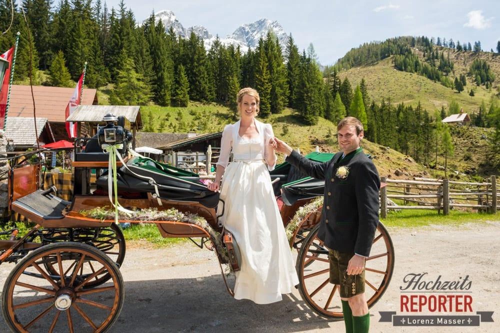 Braut steigt aus Kutsche aus, Unterhofalm, Filzmoos, Wedding, Hochzeit, Hochzeitsfotograf, Lorenz Masser, Land Salzburg