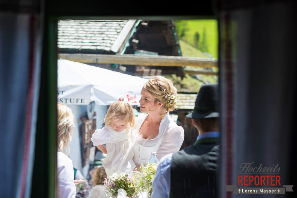 Braut mit Tochter, Unterhofalm, Filzmoos, Wedding, Hochzeit, Hochzeitsfotograf, Lorenz Masser, Land Salzburg