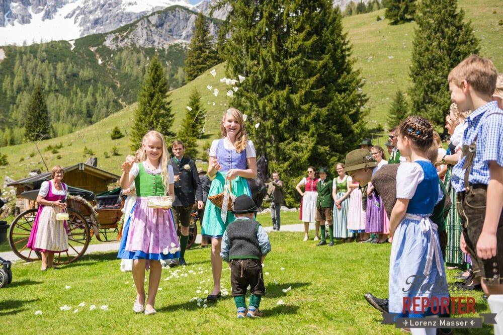 Blumenmädchen, Unterhofalm, Filzmoos, Wedding, Hochzeit, Hochzeitsfotograf, Lorenz Masser, Land Salzburg