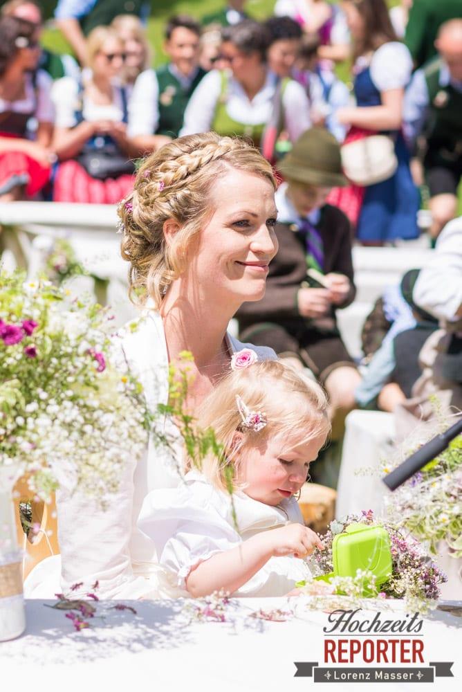 Braut mit Kind, Unterhofalm, Filzmoos, Wedding, Hochzeit, Hochzeitsfotograf, Lorenz Masser, Land Salzburg