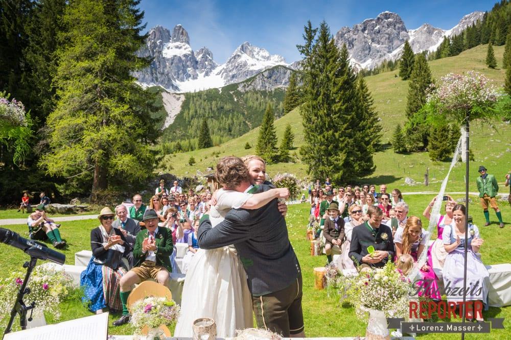 Ringtausch, Umarmung, Unterhofalm, Filzmoos, Wedding, Hochzeit, Hochzeitsfotograf, Lorenz Masser, Land Salzburg
