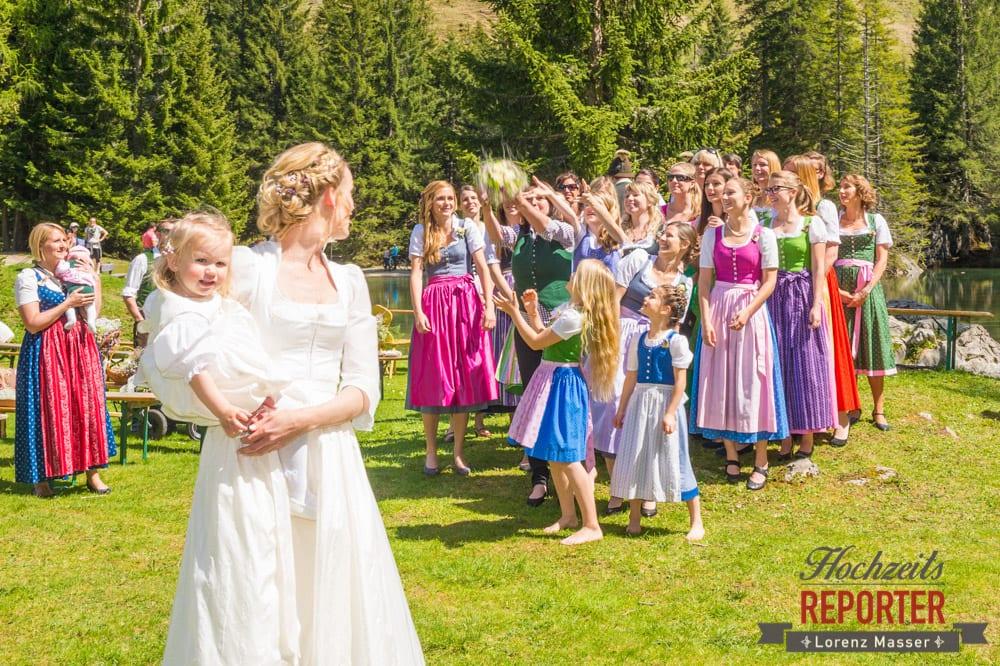 Brautstrauß werfen, Unterhofalm, Filzmoos, Wedding, Hochzeit, Hochzeitsfotograf, Lorenz Masser, Land Salzburg