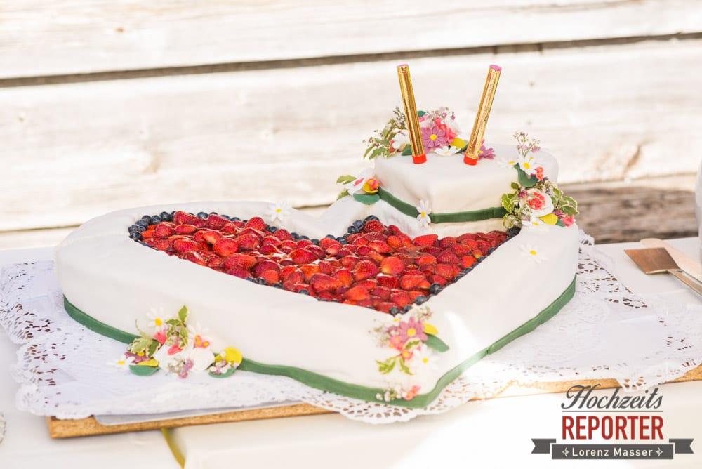 Hochzeitstorte mit Erdbeeren und weißem Fondant in Herzform, Unterhofalm, Filzmoos, Wedding, Hochzeit, Hochzeitsfotograf, Lorenz Masser, Land Salzburg