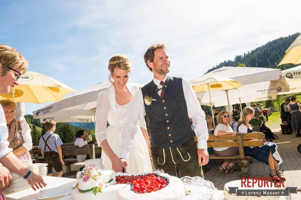 Erstes Stück der Torte, Unterhofalm, Filzmoos, Wedding, Hochzeit, Hochzeitsfotograf, Lorenz Masser, Land Salzburg