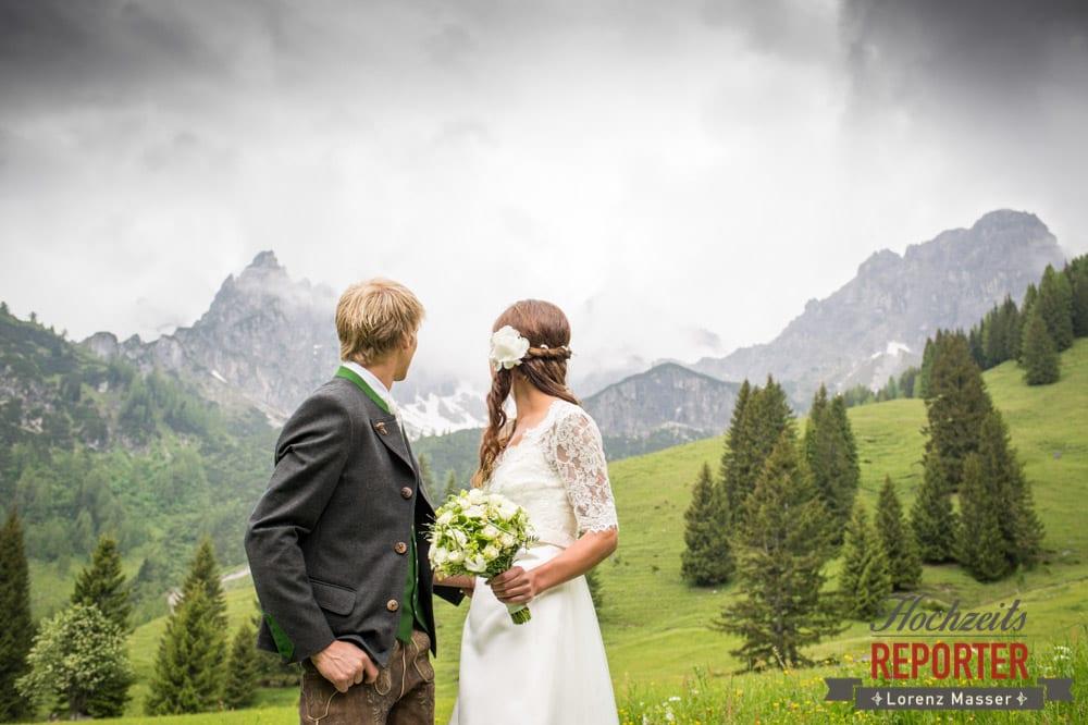 Brautpaar blickt in die Berge, Filzmoos, Wedding, Hochzeitsfotograf, Land Salzburg, Unterhofalm, Lorenz Masser